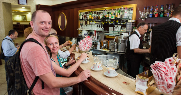 кофе с круассаном завтрак в Риме