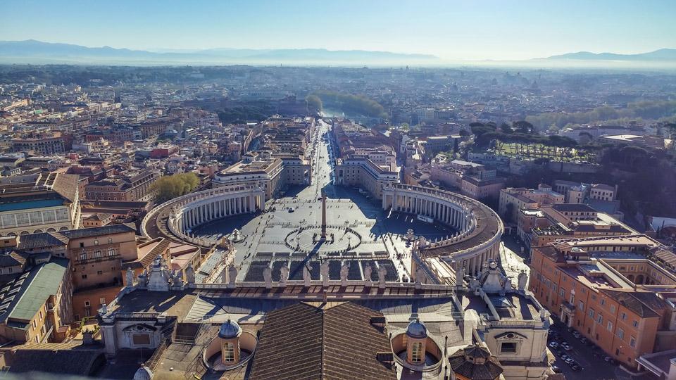 Вид с купола собора святого Петра на достопримечательности Рима, март 2017