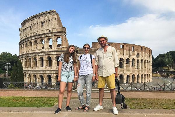 туристы на экскурсии по Древнему Риму
